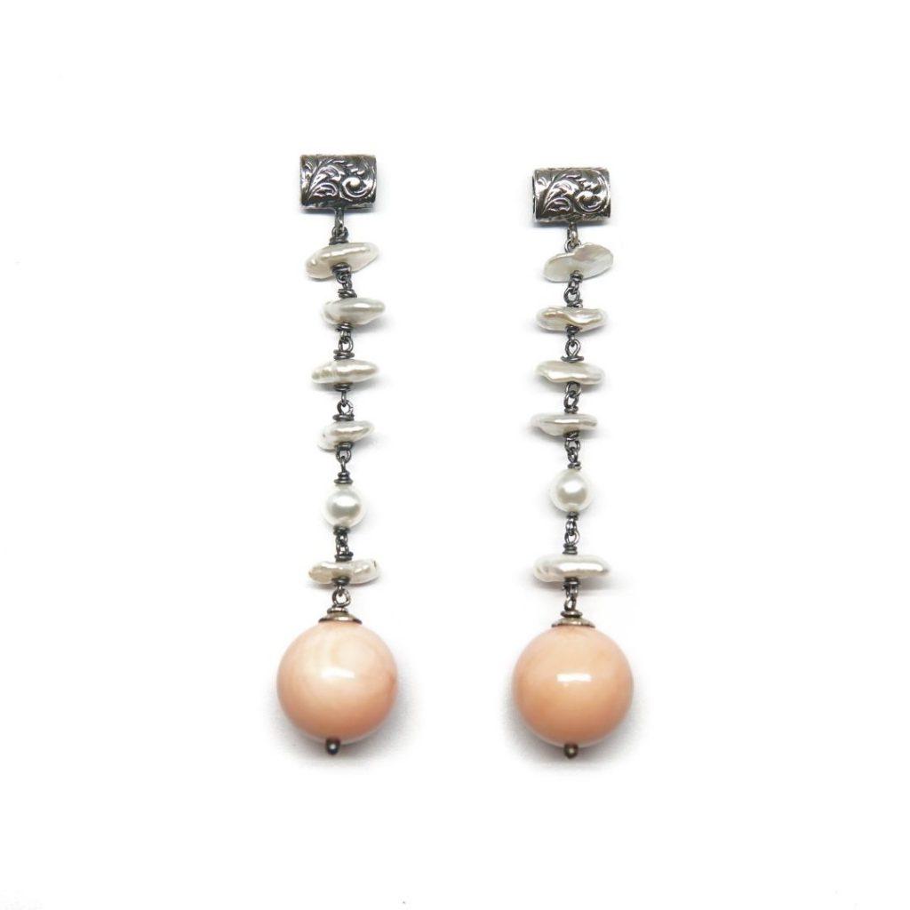 Pendiente largo perla y concha rosa